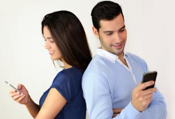 زوجهای شاد در شبکههای اجتماعی کمتر از رابطه دونفرهشان مینویسند